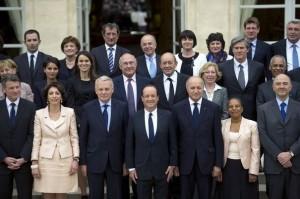 Le nouveau gouvernement dans société 347465_photo-de-famille-du-gouvernement-ayrault-le-17-mai-2012-sur-le-perron-de-l-elysee1-300x199